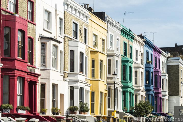 Bonitas típicas casas de colores en el famoso barrio de Notting Hill en Londres, Inglaterra