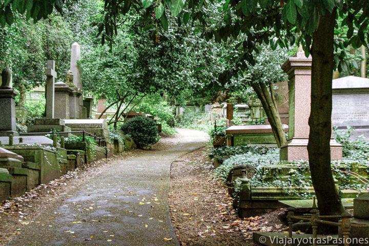 Vista del famoso cementerio de Highgate en Londres, Reino Unido