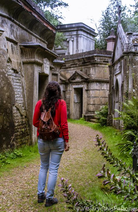 Callejeando en el interesante cementerio de Highgate en Londres, Inglaterra