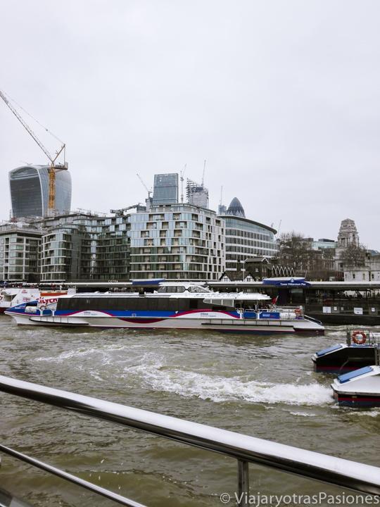 Barco para el transporte público en el río Támesis en Londres, Inglaterra