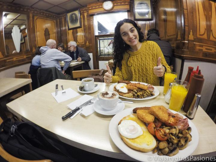 Platos del típico Full English Breakfast en Pellicci en Londres, Inglaterra
