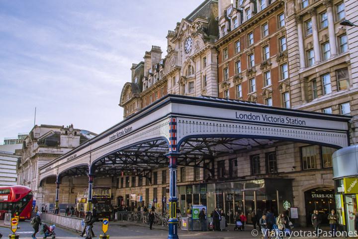 Entrada de la importante estación de Victoria en Londres, Reino Unido