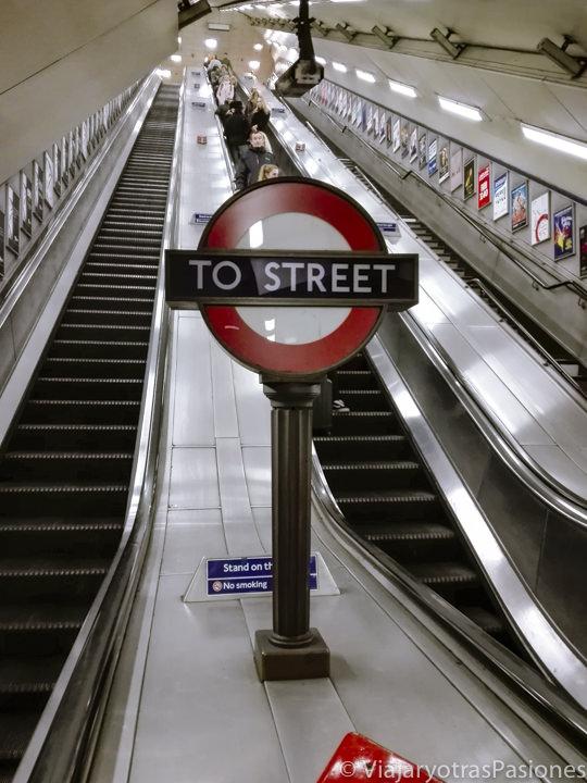 Escaleras mecánicas en una estación de la metro de Londres, Inglaterra