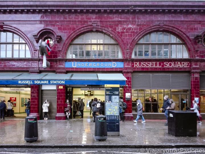Fachada de la estación de metro de Russell Square, Londres