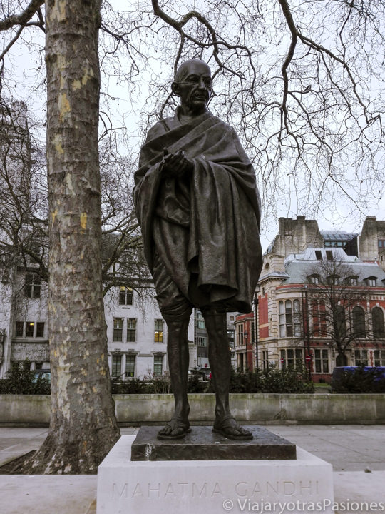 Carismática estatua de Gandhi frente a Westminster en Londres, Inglaterra