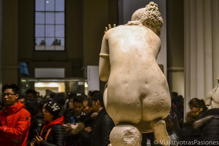 Hermosa estatua de Afrodita en el British Museum en Londres, Inglaterra
