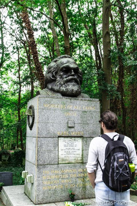 Estatua del famoso filosofo Karl Marx en el Highgate Cemetery en Londres
