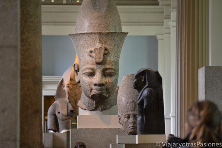 Icónicas estatuas egipcias en el famoso British Museum en Londres, Inglaterra