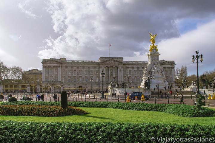 Famosa fachada del palacio de Buckigham en Londres, Inglaterra