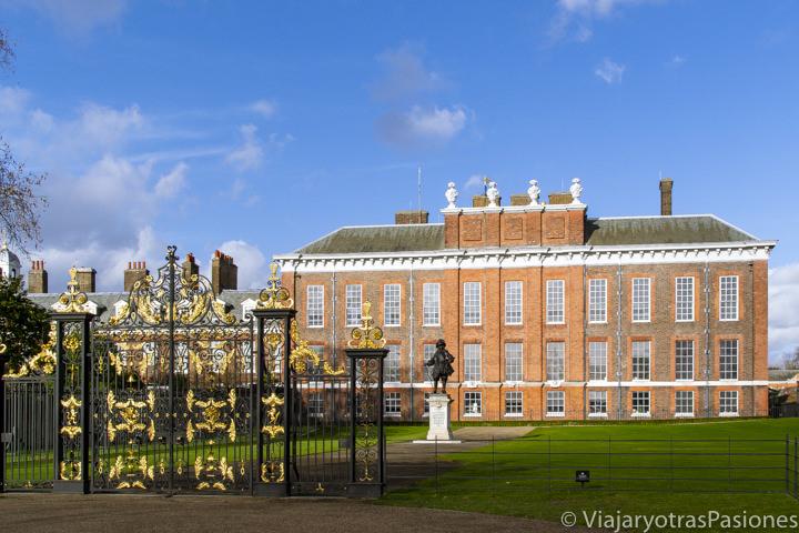 Fachada del Palacio de los reales ingleses de Kensington, en los Kensington Gardens, en Londres