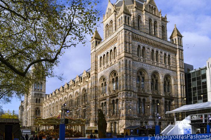 Exterior neogótico del hermoso museo de Historia Natural en Londres, Inglaterra