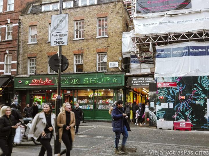 Animada calle del barrio de Soho en Londres, Inglaterra
