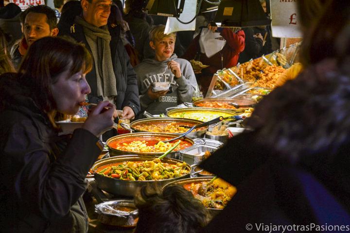 Deliciosa comida en el Food Court de Camden Town en Londres, Inglaterra