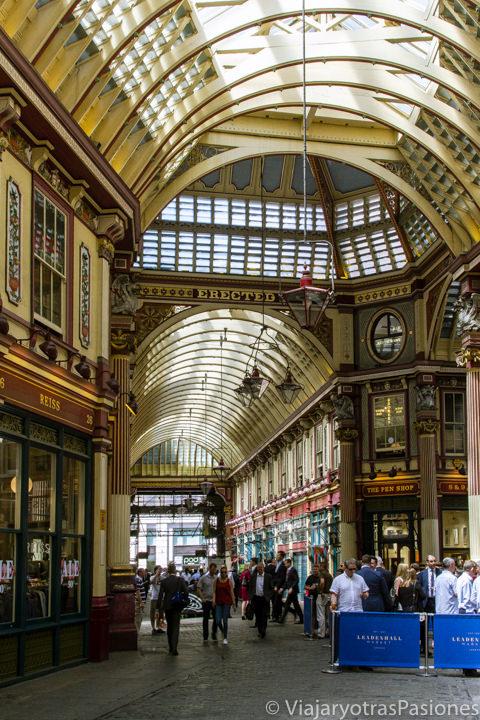 Bonita galería en el mercado de Leadenhall en la city de Londres, Inglaterra