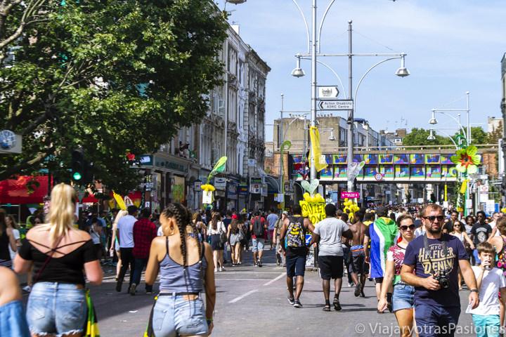 Gente disfrutando del ambiente en el famoso Carnival de Notting Hill en Londres