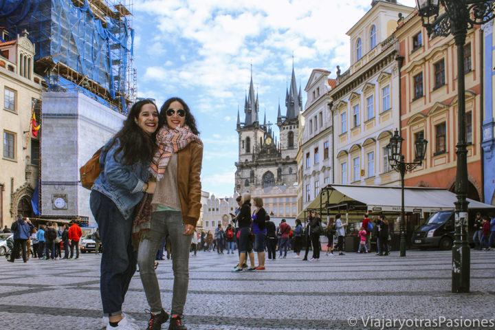 Hermanas en la famosa Plaza Vieja de Praga, República Checa