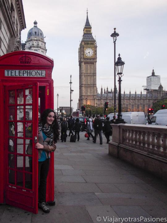 Típica cabina telefónica roja cerca del Big Ben en Londres, Inglaterra