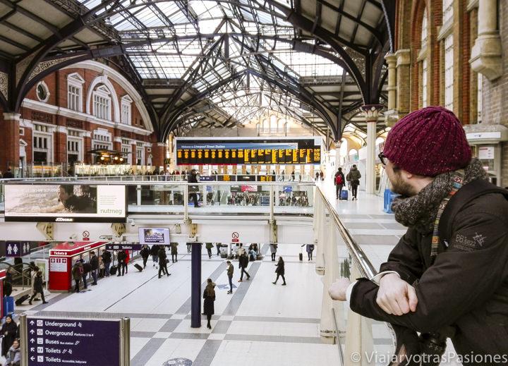 Bonita vista de la estación de Liverpool Street en Londres, Inglaterra