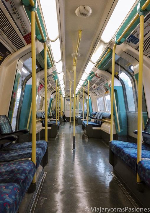 Interior de un típico tren de la metro de Londres, Inglaterra