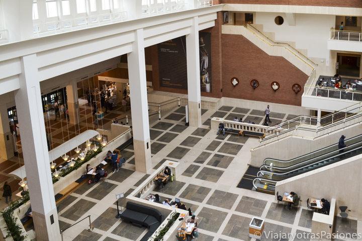 Sala de entrada de la famosa British Library en Londres, Inglaterra