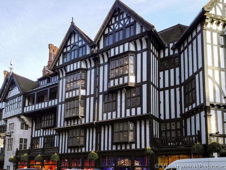 Fachada del famoso centro comercial Liberty en Soho, Londres