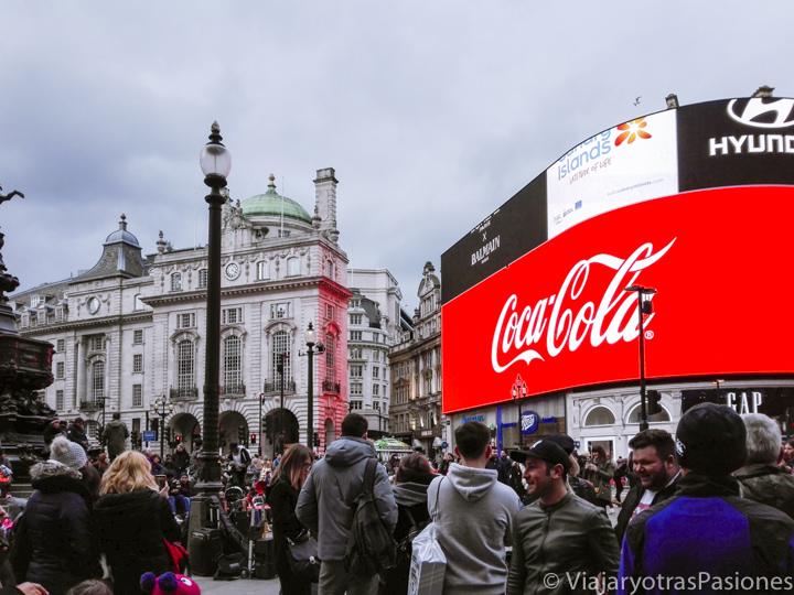 Panorama de las icónicas pantallas de Piccadilly en Londres, Inglaterra