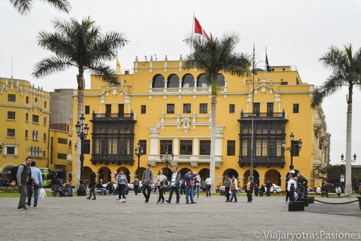 Típico palacio amarillo en la Plaza de Armas de Lima, Perú