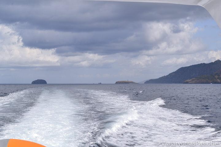 Panorama de Bali desde el barco para ir a las Islas Gili, Indonesia