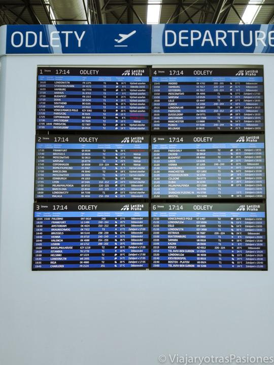 Pantalla de los destinos en el aeropuerto de Praga, República Checa