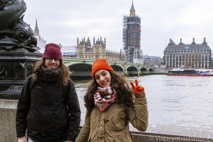 Pareja frente al parlamento de Westminster y el río Támesis en Londres, Inglaterra