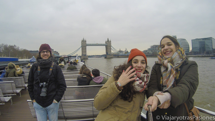 Amigos en el barco para el crucero per el Támesis en Londres, Inglaterra