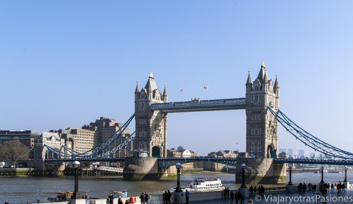 Espectacular panorama del icónico Tower Bridge sobra el río Támesis en Londres