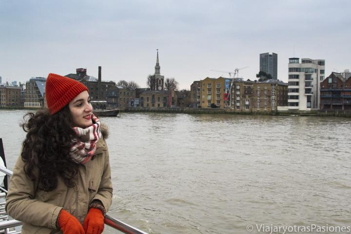 Retrato en el barco del crucero por el Támesis en Londres, Inglaterra