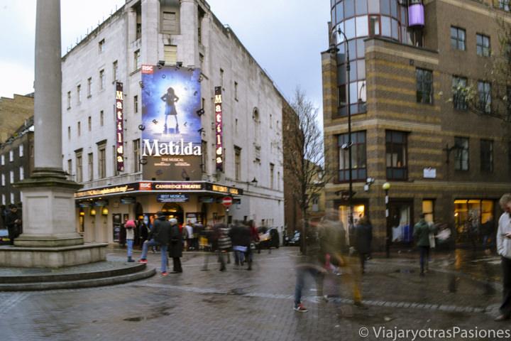 Panorama de la pequeña plaza de Seven Dials en el centro de Londres, Reino Unido