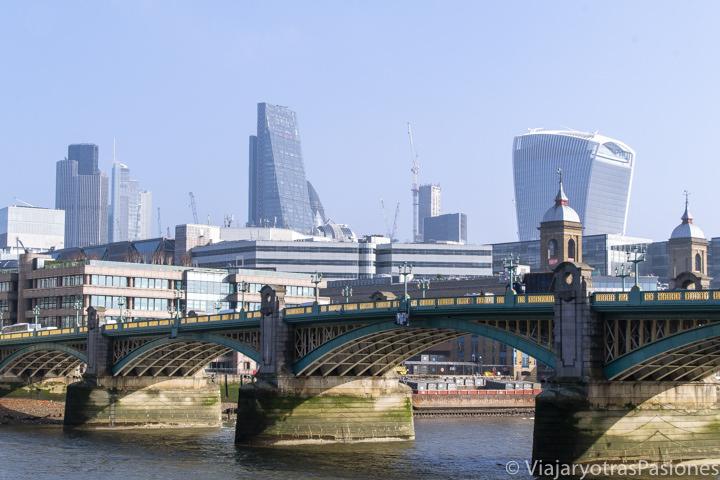 Vista del puente de Southwark y los rascacielos de la City de Londres, Inglaterra