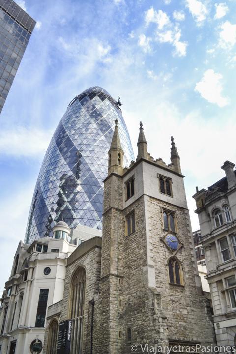 Fotogénico exterior de la iglesia de St Andrew Undershaft en la City de Londres