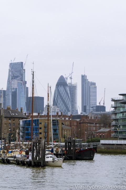 Panorámica de St Katherine's Dock y de la City de Londres desde el Támesis, Londres