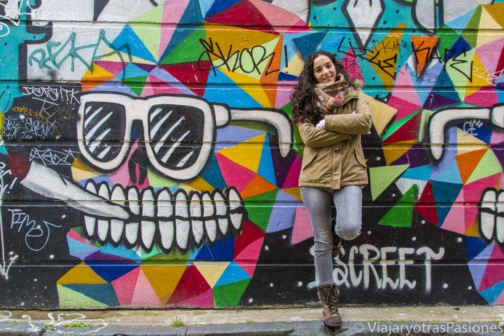 Posando frente a bonita Street Art en el barrio de Shoreditch en Londres