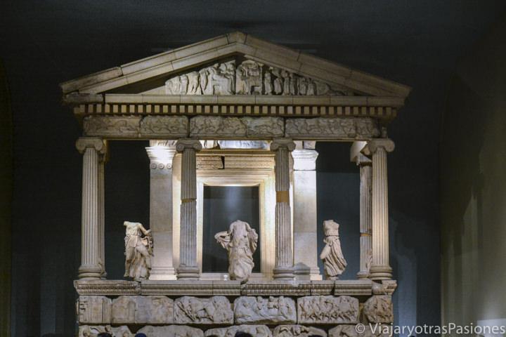 Templo de la Antigua Grecia en una sección del Museo Británico en Londres