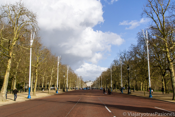 Vista de la célebre calle The Mall cerca de Buckingham Palace en Londres