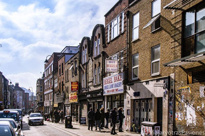 Bonita luz invernal en la famosa calle de Brick Lane en el East End en Londres
