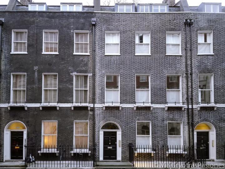 Características fachadas del barrio de Bloomsbury que se pueden visitar en Londres, Inglaterra