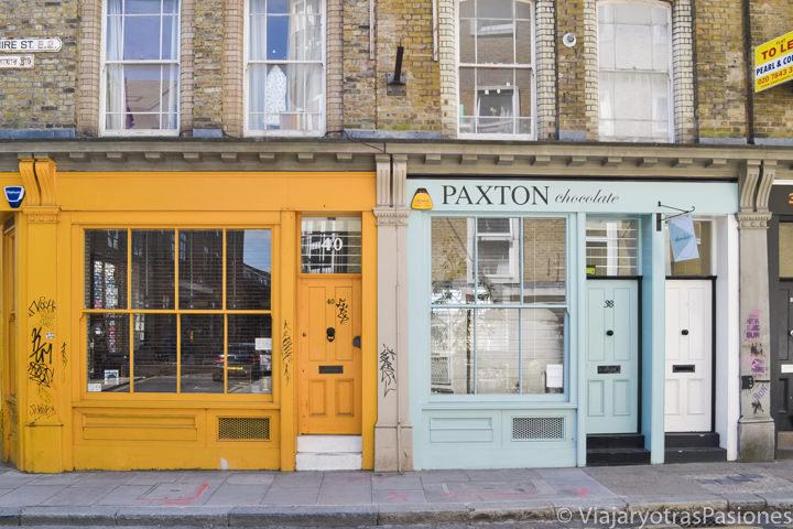 Típicas tiendas en la famosa calle de Brick Lane en Londres, Inglaterra