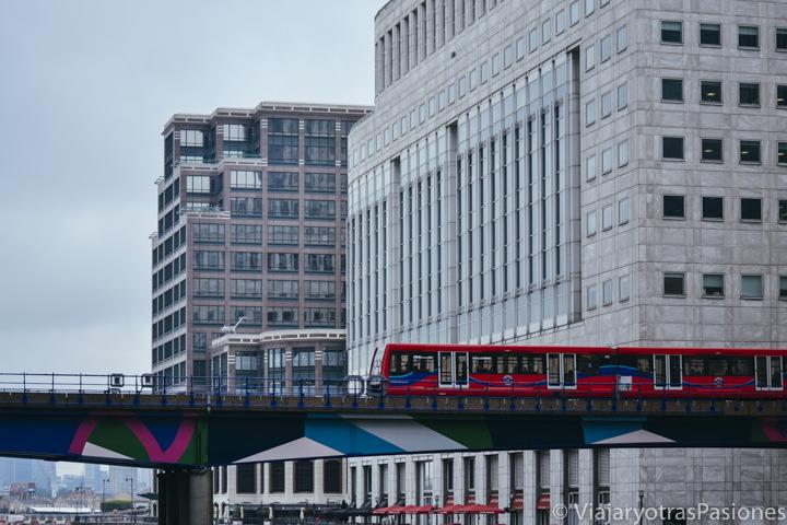 Bonito tren rojo de la DLR cerca de la estación de Canary Wharf en Londres, Inglaterra