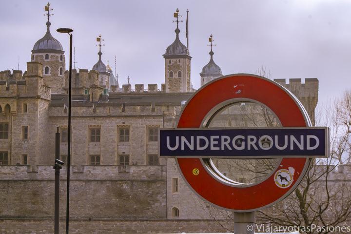 Frente a la Torre de Londres y del famoso logo del metro