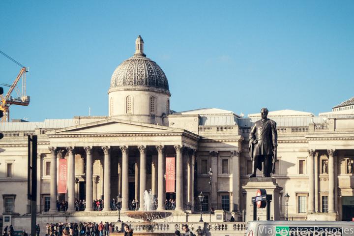 Famosa fachada de la National Gallery en Trafalgar Square en Londres, Inglaterra