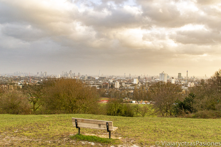 Increíble vista de Londres desde Parliament Hill en el Parque de Hampstead Heath