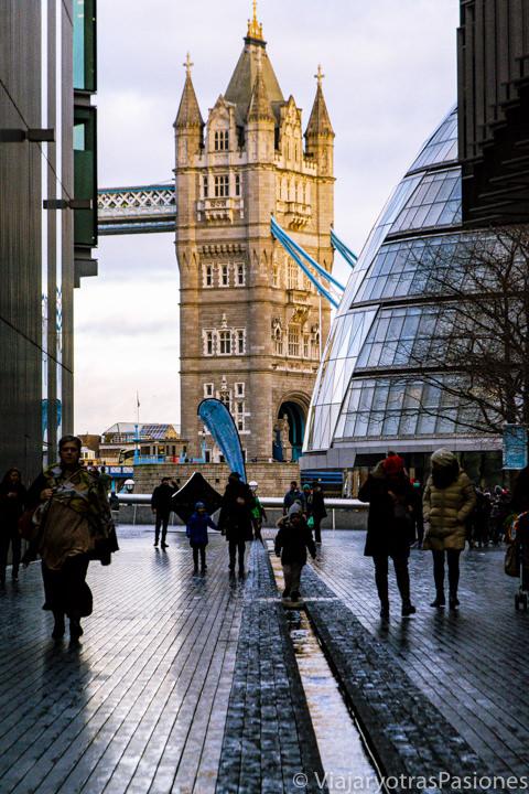 Bonita vista del Tower Bridge desde Southwark en Londres, Reino Unido