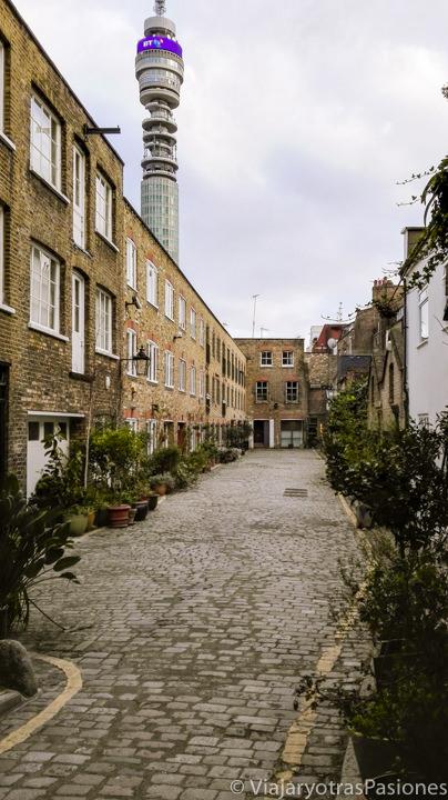 Típico mew en el centro de Londres con el característico cielo gris de Londres
