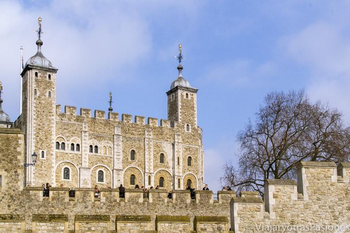 Vista de la famosa White Tower en la ciudad de Londres, Inglaterra
